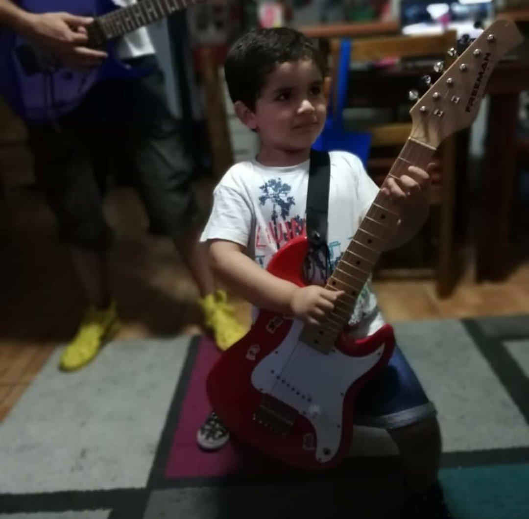 RT @Carlevg: @hitRECordJoe #makeyourmark My son Matías love guitars https://t.co/bjJC8UCrza