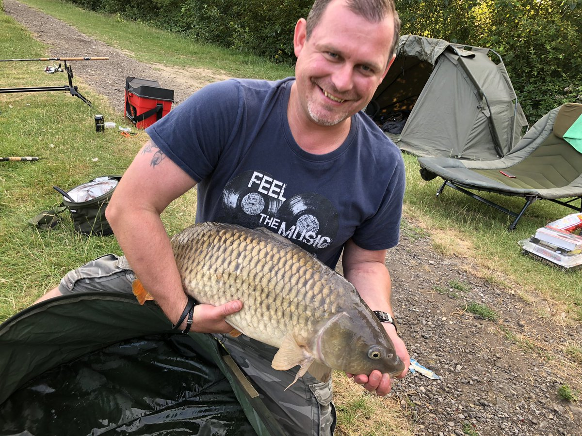 First one of the night (1<b>6lb</b>) for Eric ! 👍#willinghurstfishery #carpfishing https://t.co/q