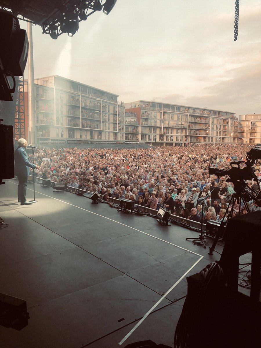 RT @RealSirTomJones: Bristol you were in fine voice last night, all 15,000 of you! ????????✨???? https://t.co/wn65ey9hoH