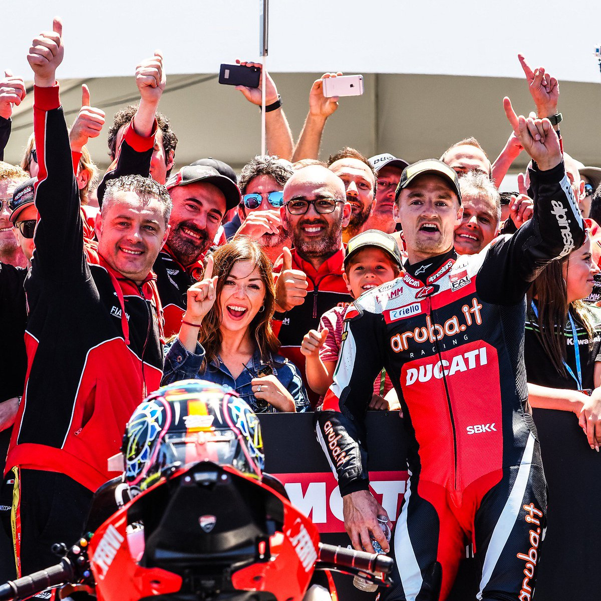 test Twitter Media - 💥Moment of the weekend: @chazdavies7 returns to winning ways in the USA!  It has been 43 races since his last WorldSBK win, but Chaz Davies made sure to end the drought in California in the heat of Summer!☀️  #USAWorldSBK 🇺🇸  📃 | #WorldSBK  https://t.co/Tpqwj3KJIq https://t.co/bfYAWAUa6V