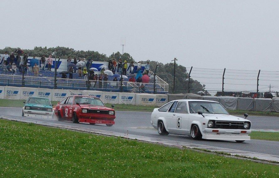 test ツイッターメディア - 【昭和のクルマが全開で走った「JCCA筑波ミーティングサマー」】 レースに参加できる車両は、主に1960年代から1970年代にかけて生産されたクルマ。あいにくの雨空でしたが、多くのクラシックカーが元気にサーキットを走り回りました。 ⇒https://t.co/3JPsIFzfFr #昭和の車 #筑波サーキット #JCCA https://t.co/mC1aw21rUR
