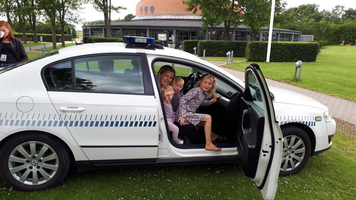 Politiet er i dag at træffe i Ellemarken ved beboerhuset fra kl. 14 til 17. Kig forbi ♂️ https://t.co/zZfXuQ8JSu