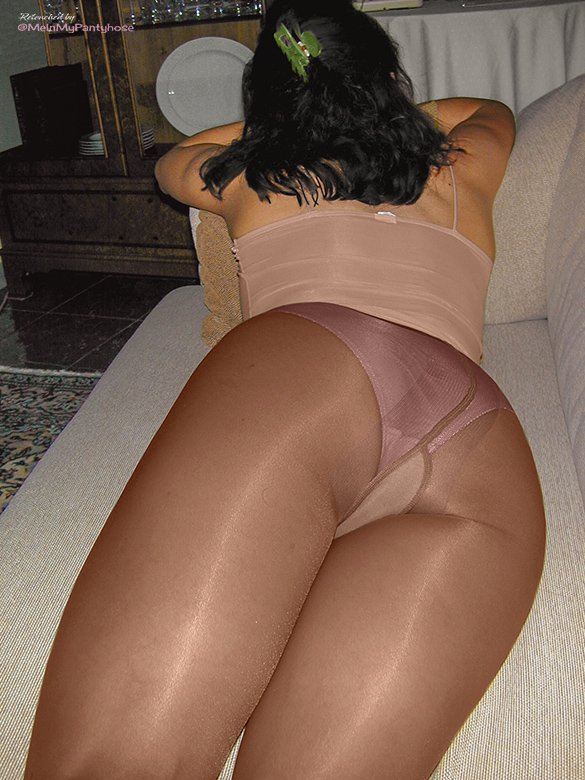 Nice lingerie color with her #pantyhose. https://t.co/MYJxLHEdaj