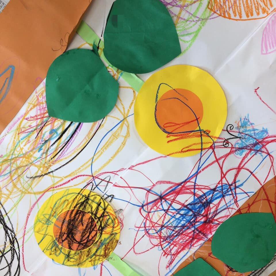 test ツイッターメディア - 〜保育園 2歳児さん〜  2歳児さん&先生方とでお絵描き😆  カラフルな向日葵畑に仕上がりました🌻  タネを植えて水をあげたら にょきにょき〜と茎がでてきて、 向日葵が咲きました♫  勢いよくクレパスを走らせたり、先生にカマキリ描いて!とお願いしたり✨  楽しい時間でした!  (派遣指導員 川内丸) https://t.co/YrtJhCz2DV