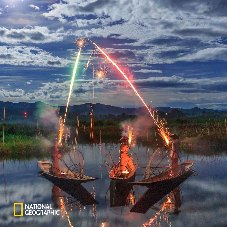 #NG오늘의포토 미얀마 최대 불교 행사 중 하나인 불 축제 혹은 빛 축제의(Thadingyut) 모습입니다. 미얀마 북동부 인레 호수에서도 축제를 즐기는 사람들의 모습을 볼 수 있습니다. 평안과 안녕을 빌어봅니다. https://t.co/OixkWzIW5V