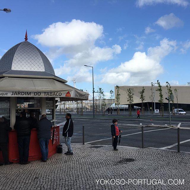 test ツイッターメディア - 新しくオープンしたサンタ・アポロニア港のモダンな建物の前、昔ながらのキオスクで一杯ひっかけるおじさん達。 #リスボン #ポルトガル https://t.co/CjjzJejr92