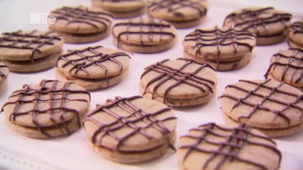 RT @Saikoroid: アメリカン料理番組ちゃん「ダークチョコレートを細く絞り出してデコレーシ