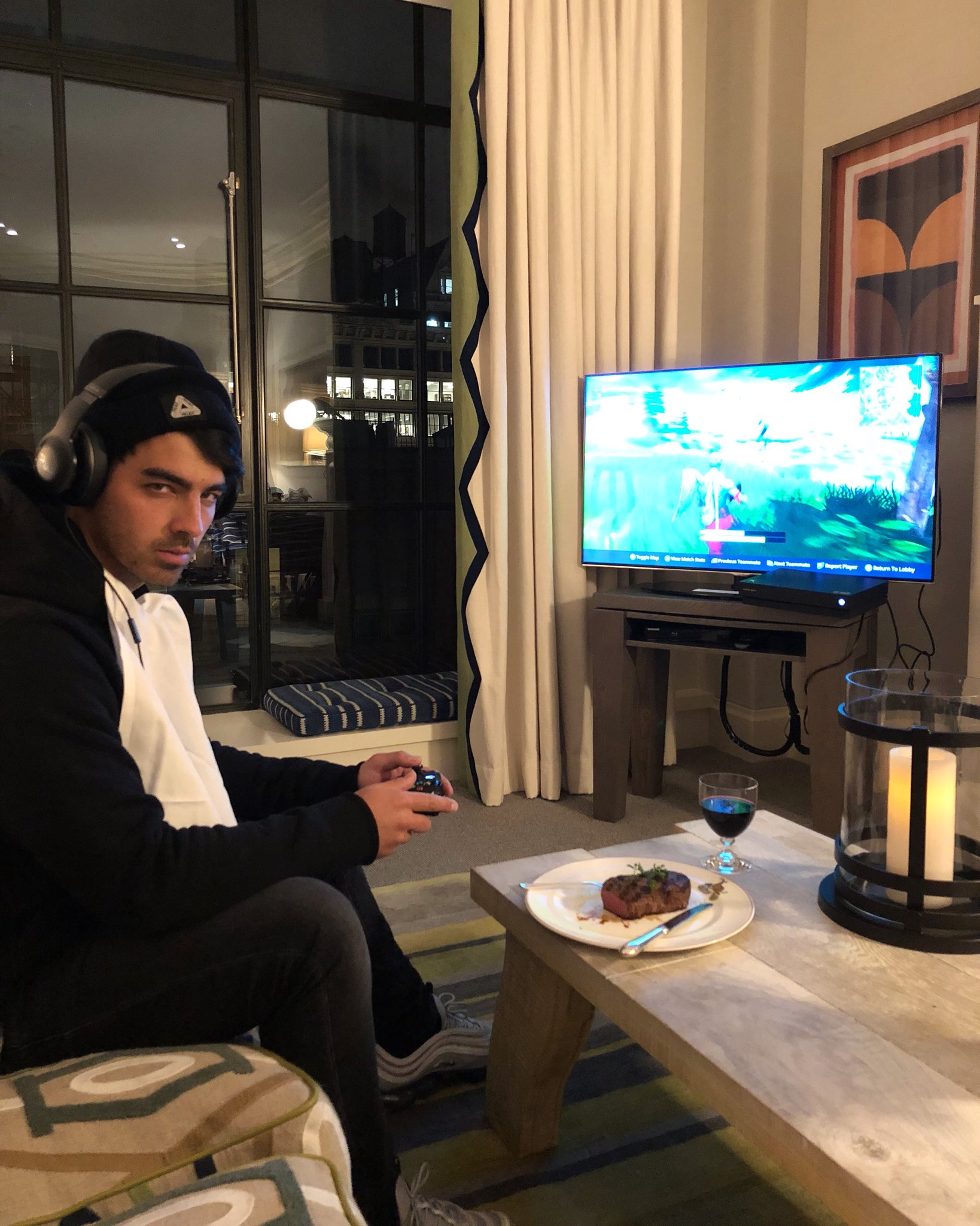 Game night with friends. ������ https://t.co/6rC8rmxYSe