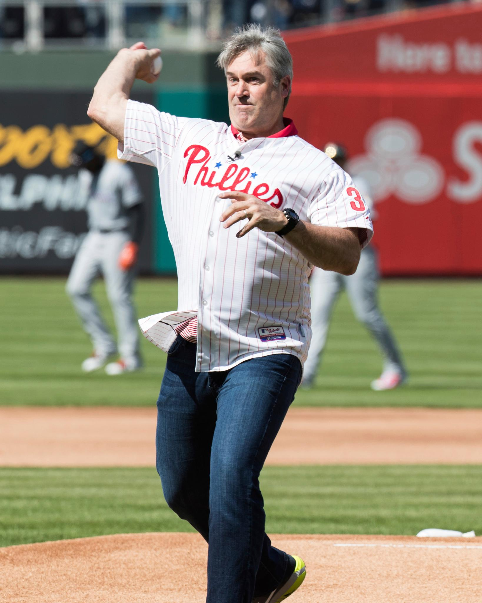 .@Eagles HC Doug Pederson threw out the first pitch at today's @Phillies game! ⚾️ #FlyEaglesFly https://t.co/6U2JuoaR3u