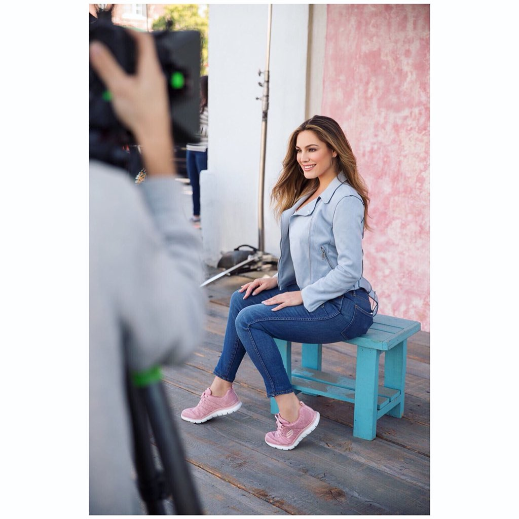 Here's a sneak peek at my latest Skech-Knit campaign with @skechers ???????? #BehindTheScenes #ad https://t.co/9Jsl608Awc