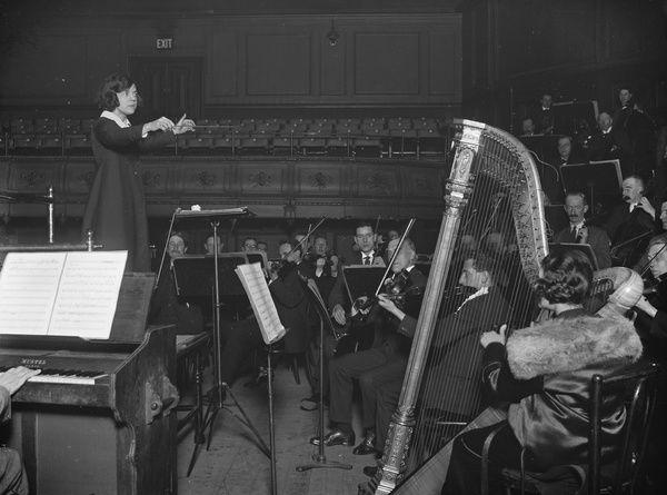 🗓️#EllesAussi Nous célébrons aujourd'hui une des premières cheffes d'orchestre : Ethel Liggins (1886-1970). Aussi pianiste et compositrice, cette femme était une pionnière. Rappelons qu'en France à l'heure actuelle, les femmes représentent moins de 4% des chef.fe.s d'orchestre. https://t.co/xCWgAxZcht