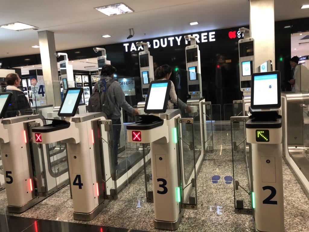 La máquina automática de migraciones en Ezeiza va como piña. Fila y proceso : 5 minutos 💪🏻 https://t.co/swF7nrQNbP