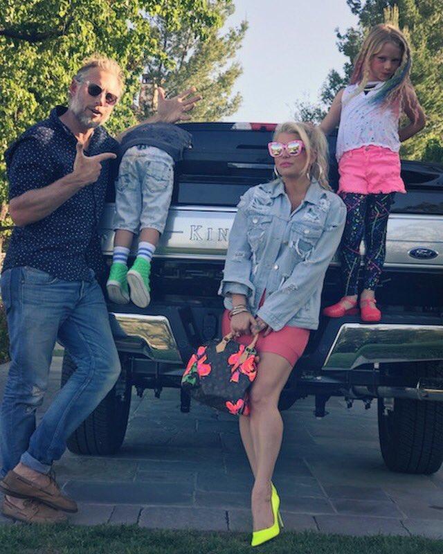 Just your average Johnson family photo #80s #MAXIDREW #ACEKNUTE https://t.co/T2JeUIYJNs