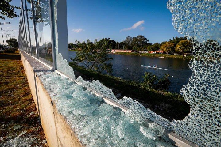 @BroadcastImagem: Muro de vidro da Raia Olímpica da USP amanhece quebrado 15 dias após inauguração. Felipe Rau/Estadão
