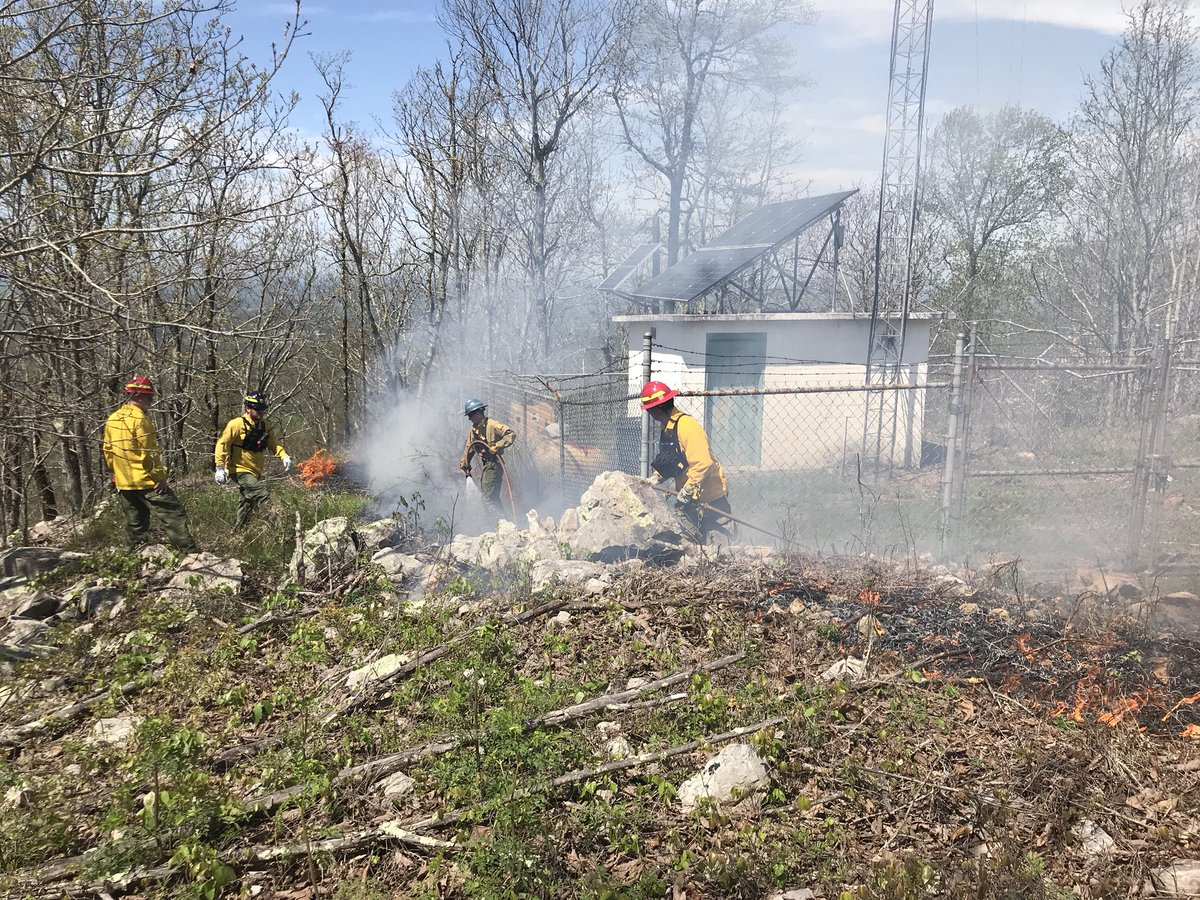 Test burn doing well at Mountain Longleaf NWR. Communication site secured.  #alfire #rxfire #usfws #goodfires https://t.co/zcW7mNOVqK