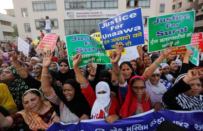 @BroadcastImagem: Em Ahmadabad, indianas protestam contra os recentes casos de estupro infantil. Ajit Solanki/AP
