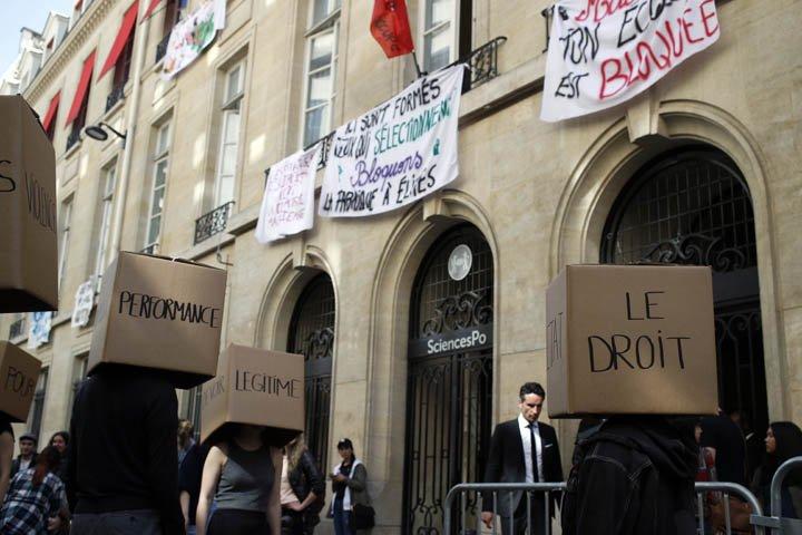 @BroadcastImagem: Estudantes bloqueiam a entrada da prestigiosa Universidade Sciences Po, em Paris. Francois Mori/AP