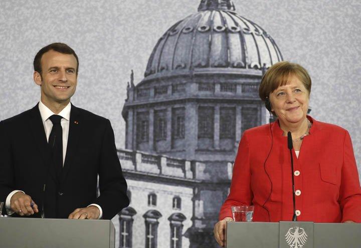 @BroadcastImagem: Macron e Merkel falam à imprensa após visita ao local de reconstrução do Palácio de Berlim. Kay Nietfeld/AP