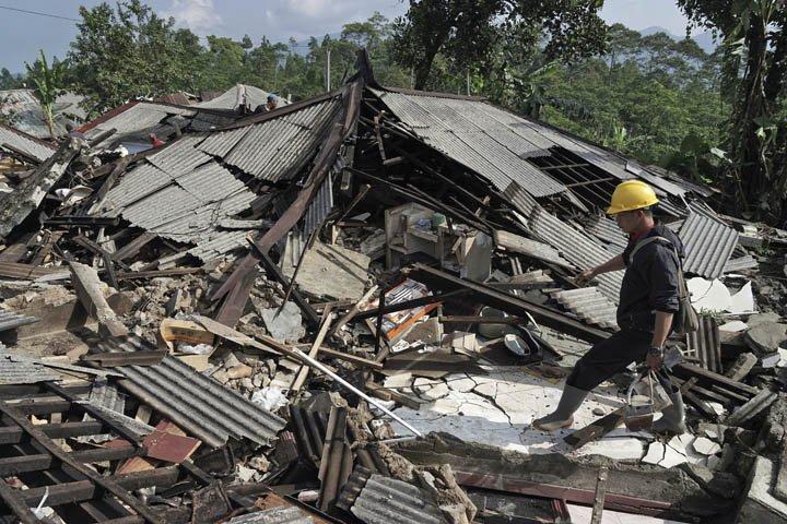 @BroadcastImagem: Terremoto na Indonésia mata três pessoas e deixa dezenas de feridos. Agus Fitrah/AP