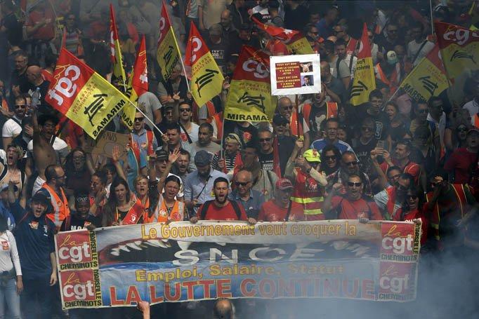 @BroadcastImagem: Em Marselha, ferroviários e funcionários públicos protestam contras as reformas de Macron. Claude Paris/AP