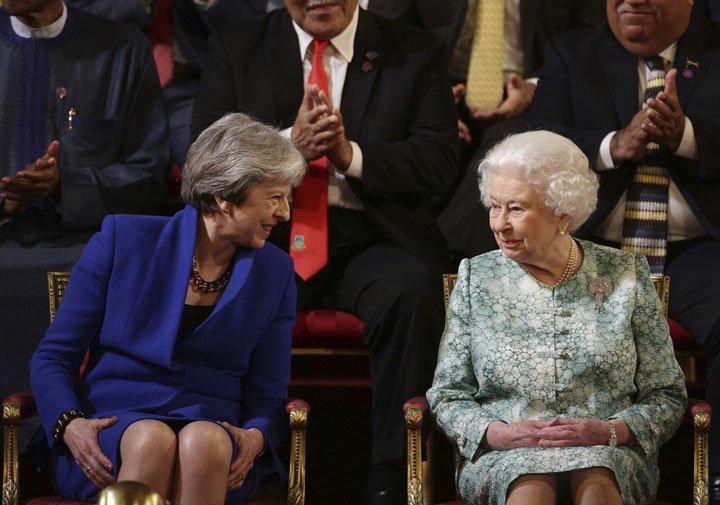 @BroadcastImagem: May e Elizabeth II participam de cúpula de chefes de Estado da Commonwealth, em Londres. Yui Mok/AP
