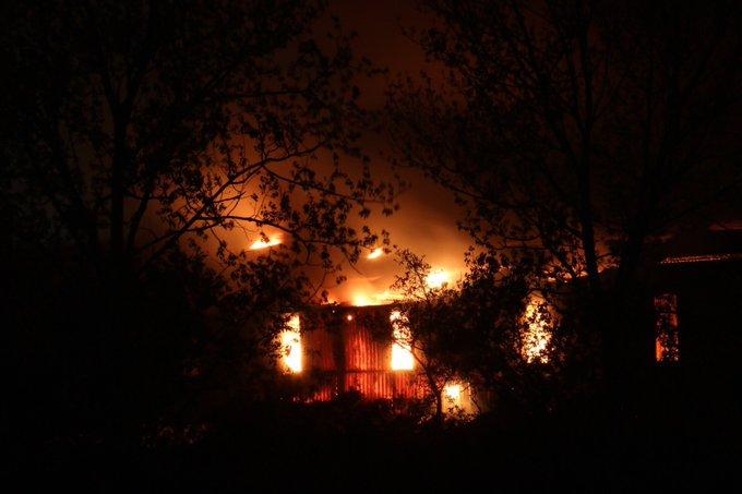 Zeer grote brand gaande bij Van Vliet Contrans. De Wippolderlaan is afgezet ter plaatse. Loods staat in lichterlaaie https://t.co/UcwMyT4yeO
