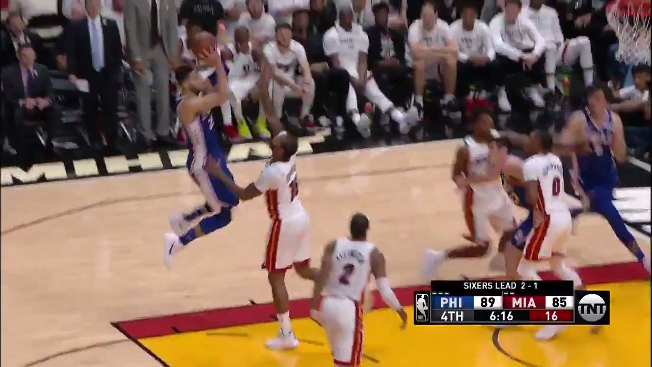 Ben Simmons falling away!  #PhilaUnite 96 | #WhiteHot 90 with 5 minutes left in the 4th.  ��: @NBAonTNT https://t.co/Geg83JA71t