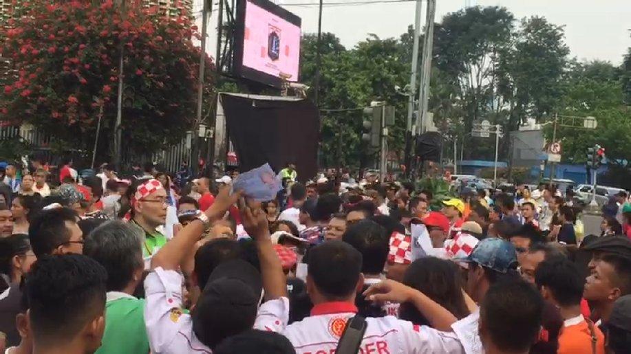 Relawan Bagikan Kaos di Peluncuran Aplikasi Jutaan KTP Dukung Jokowi https://t.co/3LMF2gGyO5 https://t.co/IZfzpS5mW4
