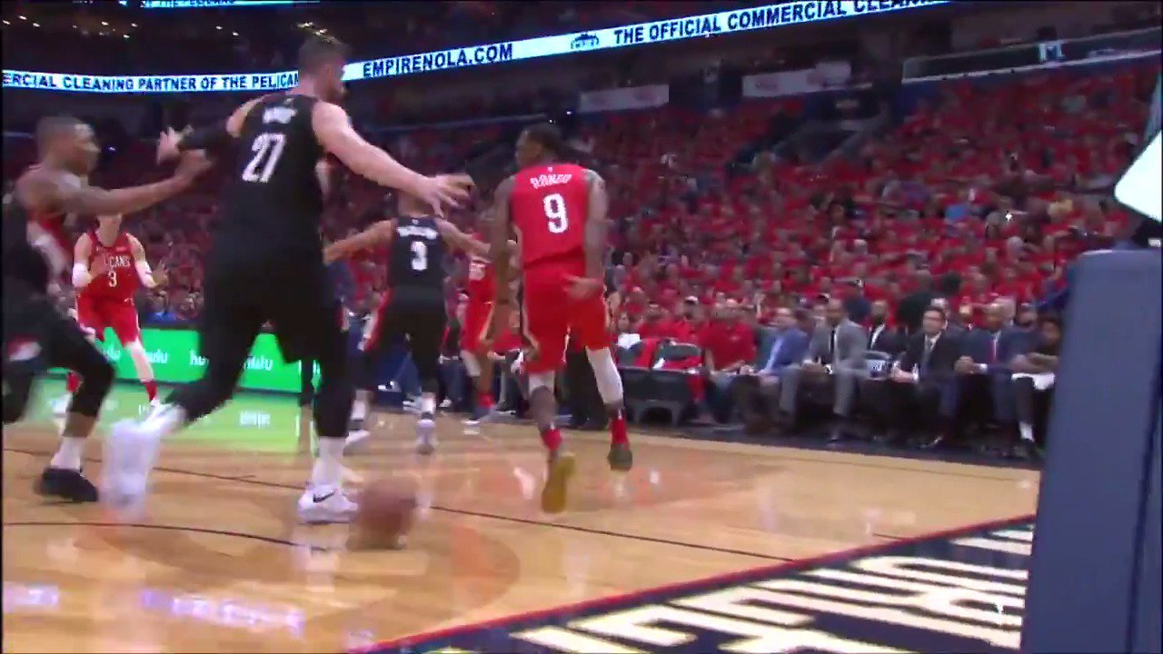 Rajon Rondo went no-look, behind the back to set up AD inside for tonight's #AssistOfTheNight! #DoItBigger https://t.co/fBnfZrC2c7