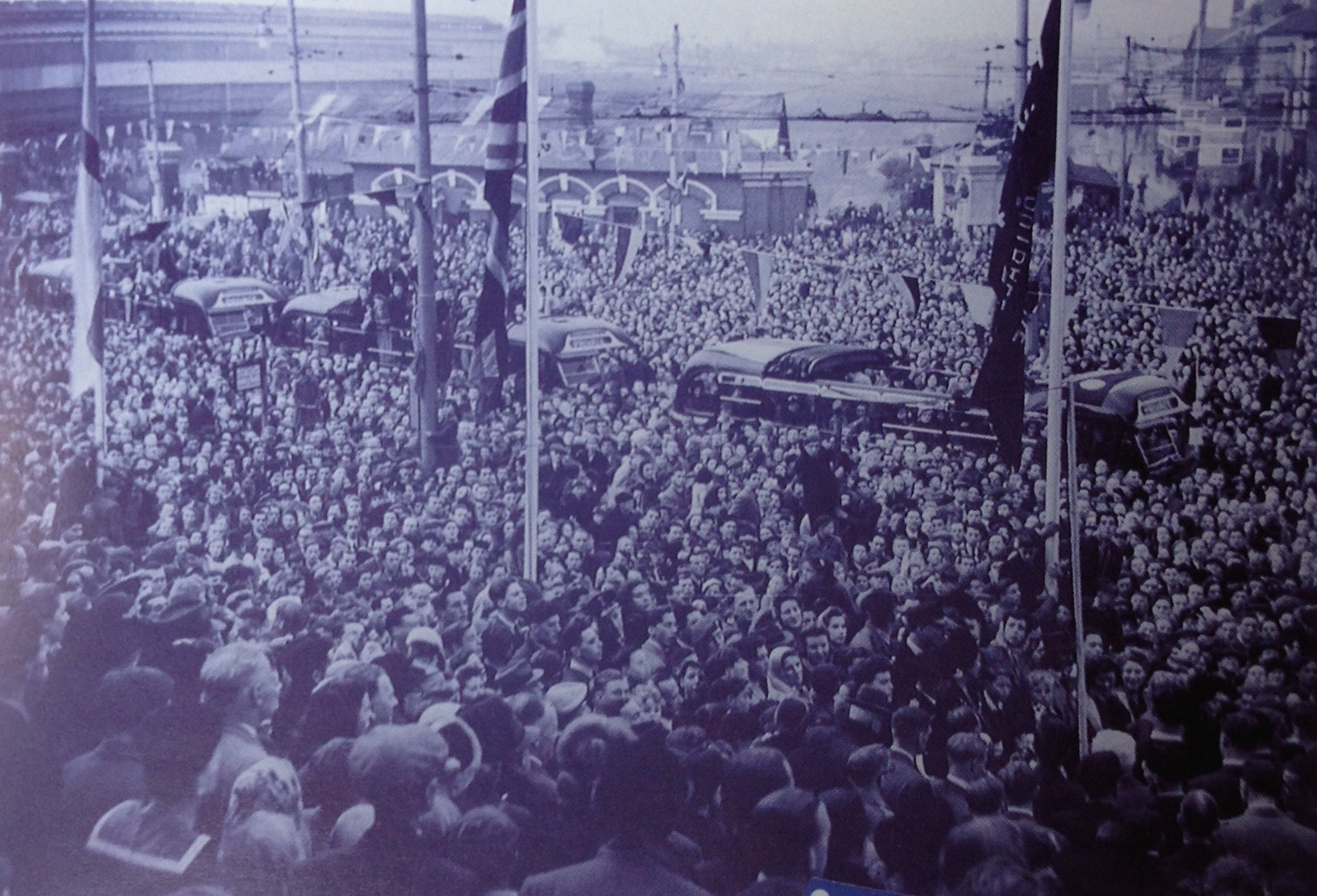 Thousands of fans greet the #Pompey team as they arrive in Guildhall Square with the 1948/49 League Championship trophy. #PompeyHistory https://t.co/r0GepB38Id