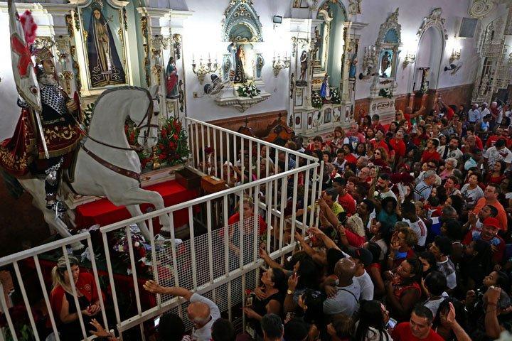@BroadcastImagem: Fiéis lotam igreja no centro do Rio para celebrar o Dia de São Jorge. Fábio Motta/Estadão