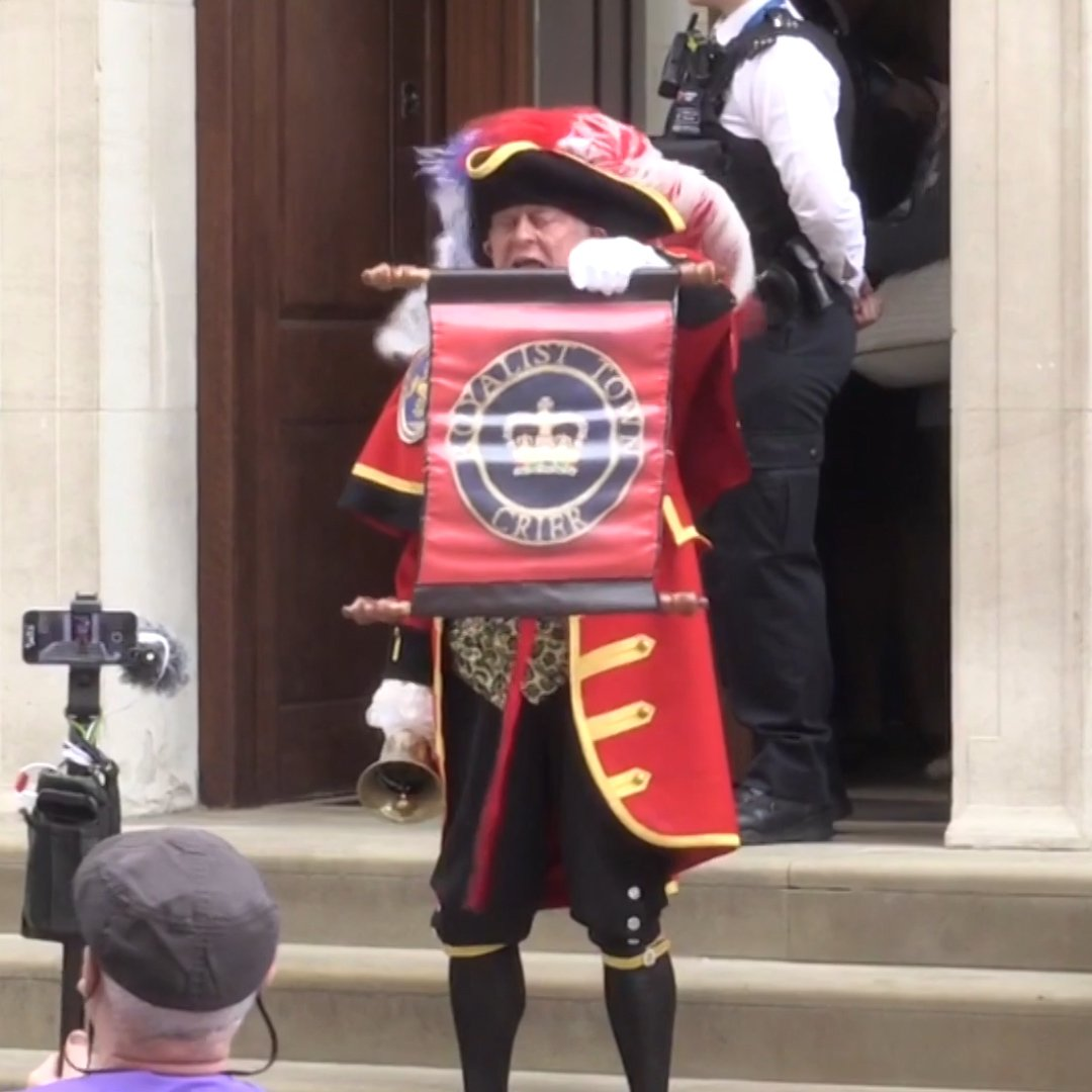 The unofficial town crier announces birth of royal baby no. 3 https://t.co/MNk5hRVgNB https://t.co/PA340Sb11Z