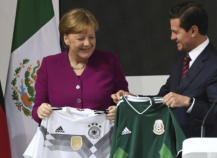 @BroadcastImagem: Em Hannover, Merkel e Peña Nieto trocam camisas da seleção de seus países. Julian Stratenschulte/AP