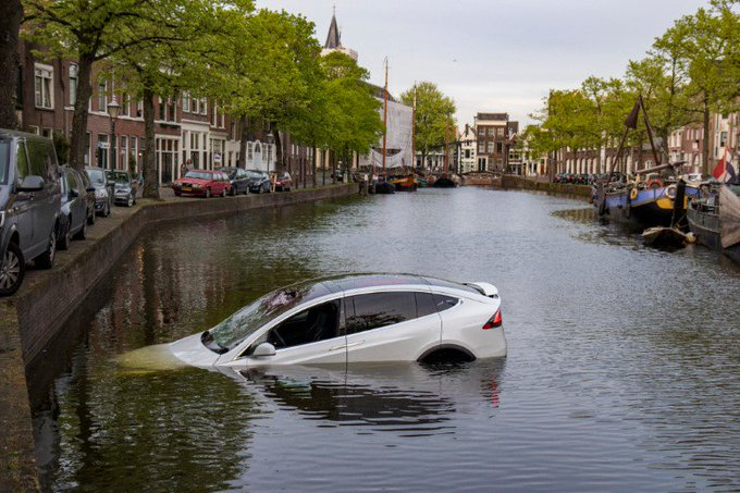 Peperdure Tesla te water in Schiedam https://t.co/mcIAJ9yY1d https://t.co/wjC0wIncTn