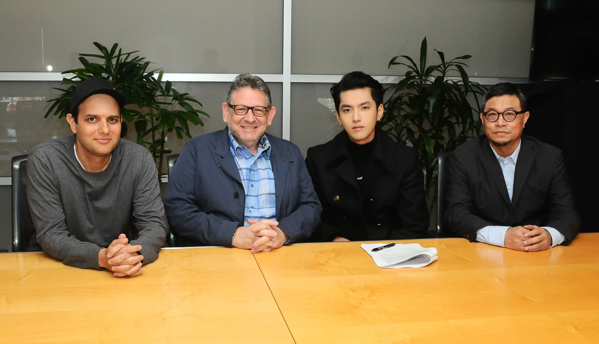 BREAKING �� Global superstar, @KrisWu signs global recording deal with Universal Music Group. https://t.co/Yp8tDCyJGc