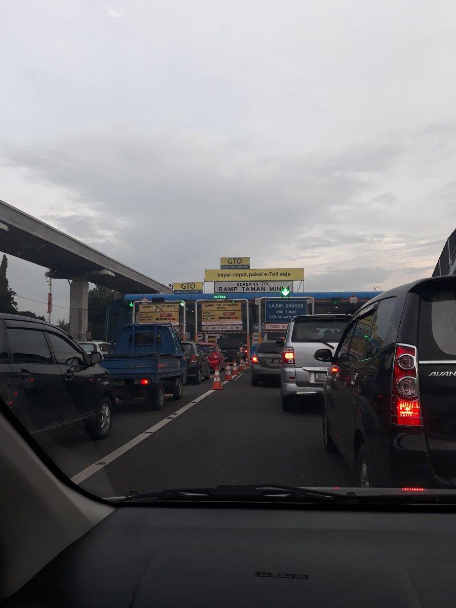 RT @RadioElshinta: 17.26: RT @aff_rina: Sudah setengah jam antri keluar di gerbang tol TMII, ada apa ya? https://t.co/vqSIPC1l3b #BreakingN…