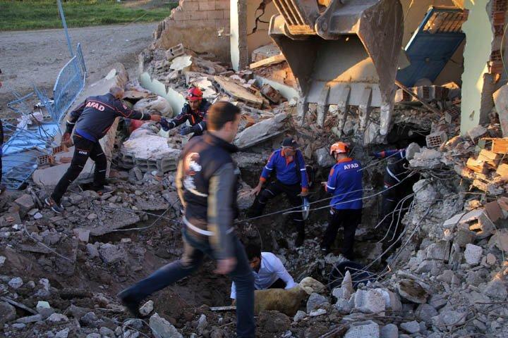 @BroadcastImagem: Terremoto de magnitude 5,1 atinge a Turquia e deixa feridos. Mahir Alan/AP