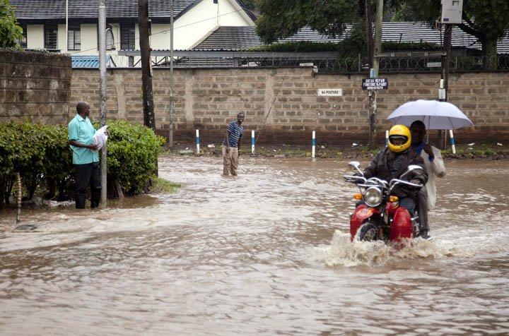 @BroadcastImagem: Temporal deixa desabrigados e causa a morte de pelo menos 16 pessoas no Quênia. Sayyid Abdul Azim/AP