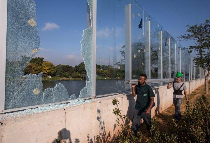 @BroadcastImagem: Em uma semana, vidros da Raia da USP amanhecem quebrados pela 3ª vez. Amanda Perobelli/Estadão