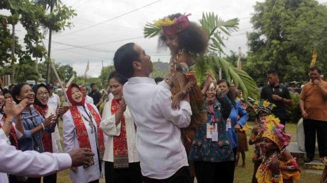 Lelang Tas Sembako Jokowi Rp3 Miliar Geger, Ini Kata Istana https://t.co/smvq1VvPN7 https://t.co/95Mhp7dtt6