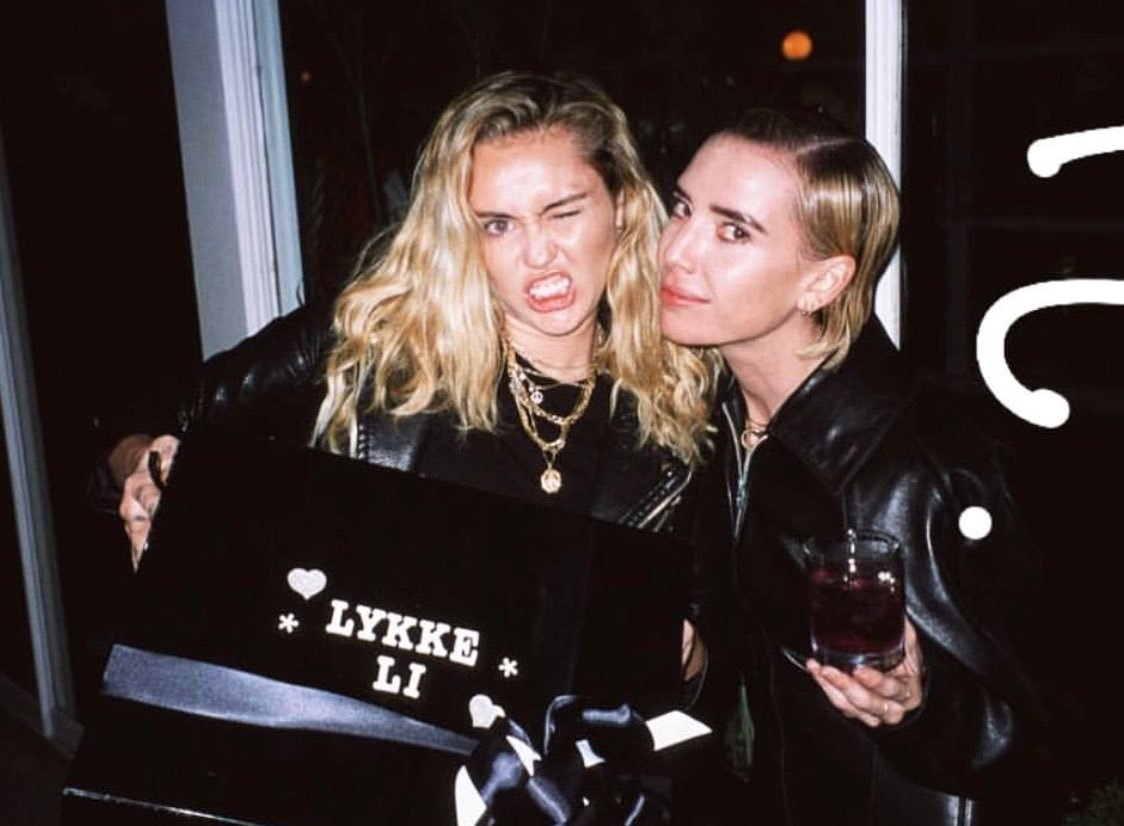 """Partyin w @LykkeLi  Bringing her some cons as a """"fuck yeah bad ass record"""" present https://t.co/OUtRcH3lL8"""