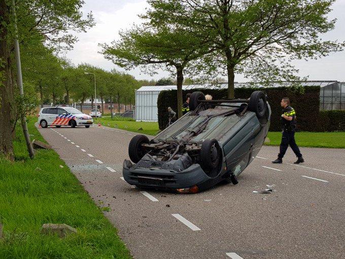 Naaldwijk.. Dortlaan Auto raakt vd weg en komt onderste boven terecht. Vrouw licht gewond. https://t.co/VLCa2tTA7Y