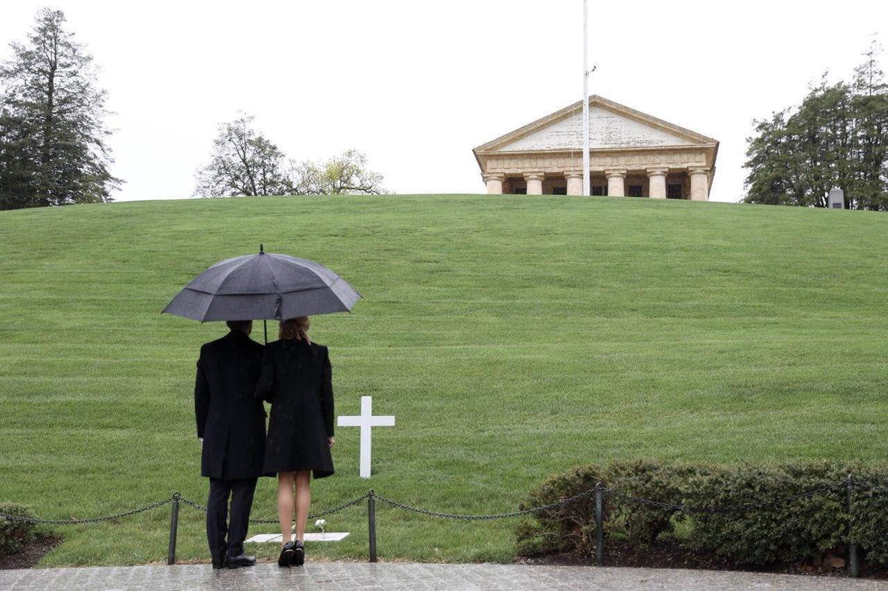 Devant la tombe de John Fitzgerald Kennedy. Demandez-vous chaque jour ce que vous pouvez faire pour votre pays. https://t.co/3LOhVhQsX3