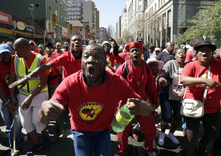 @BroadcastImagem: Sul-africanos marcham contra o salário mínimo e as mudanças propostas nas leis trabalhistas. Themba Hadebe/AP