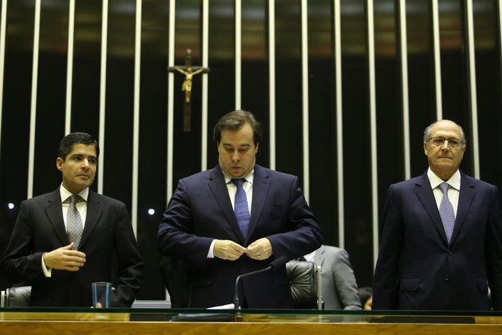 @BroadcastImagem: ACM (e), Maia e Alckmin na sessão da Câmara em homenagem a Luís Eduardo Magalhães. Dida Sampaio/Estadão