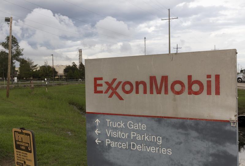 Exxon Mobil boosts quarterly dividend to 82 cents https://t.co/mFG7O4Fg8Q https://t.co/0IRkbcvN0P