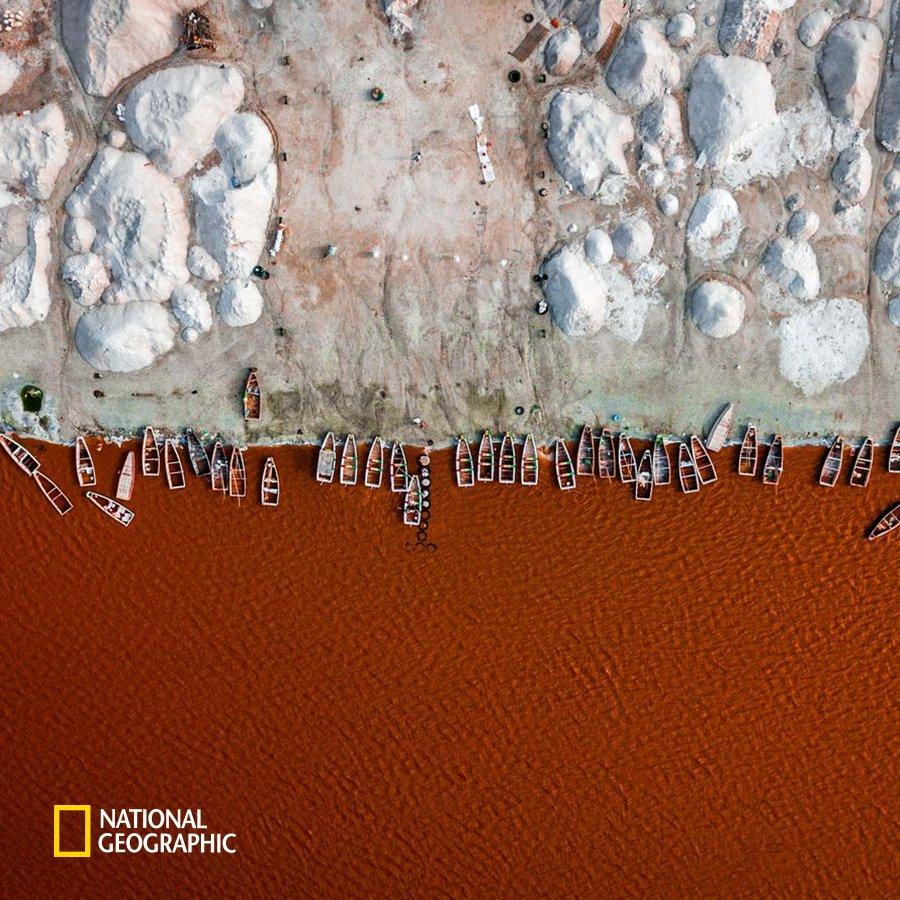 #NG오늘의포토 장미 호수라고도 불리는 아프리카 세네갈의 레트바 호수는 사해만큼이나 높은 염도를 자랑합니다.  유네스코 세계문화유산 후보지이기도 한 레트바 호수는 물 속의 조류로 인하여 붉은빛을 띱니다. https://t.co/d0CPq1g0jB