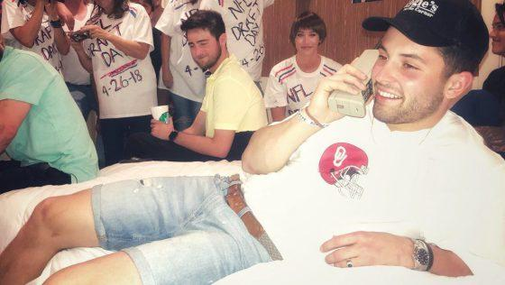 Baker Mayfield (awesomely) recreates iconic Brett Favre draft day photo https://t.co/fael10cocg https://t.co/7gyvQO95jp
