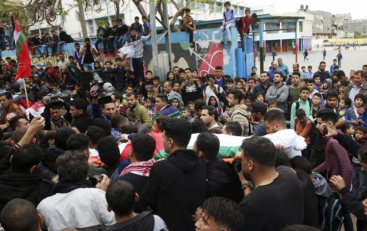 @BroadcastImagem: Multidão acompanha funeral do jornalista palestino morto em protestos na fronteira com Israel. Adel Hana/AP