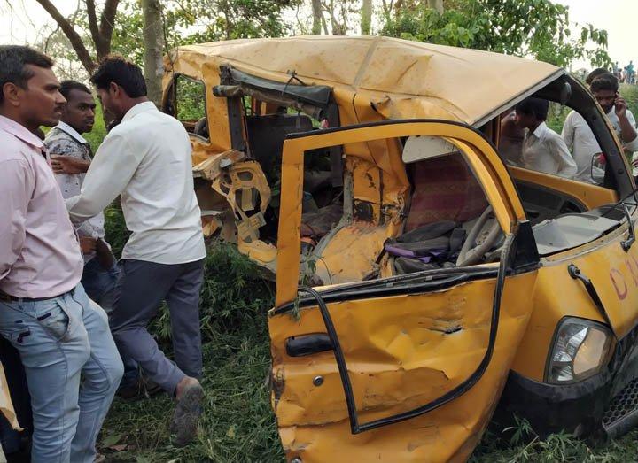 @BroadcastImagem: Acidente com ônibus escolar mata 13 crianças e deixa 7 feridas em Uttar Pradesh, na Índia. AP Photo